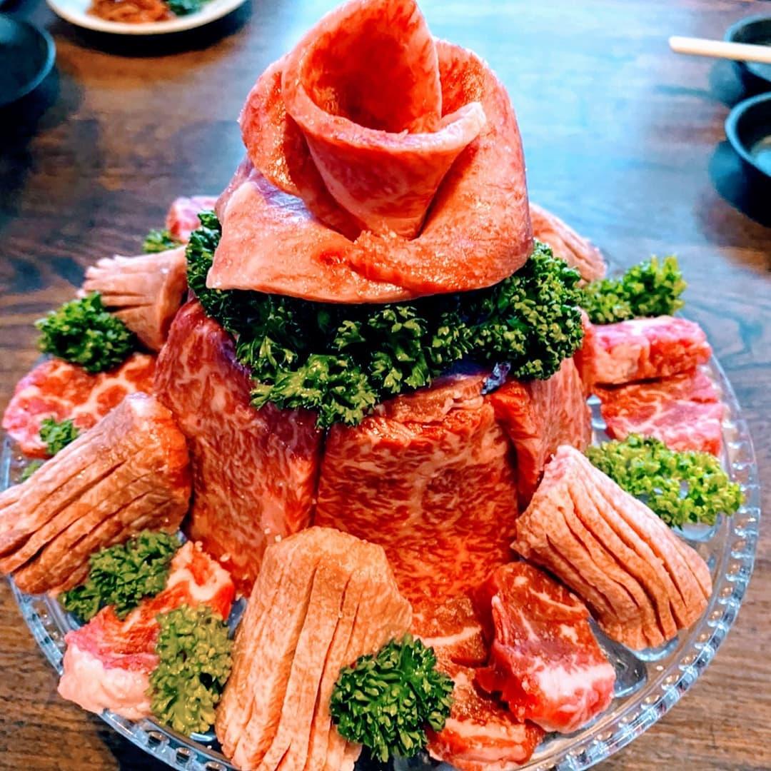 【お祝い用】ご予算に応じて盛合せをデコレーションいたします。写真は、お客様のご要望の6種類(シャトーブリアン、カイノミ、ザブトン、しんしん、ヒレ、厚切り霜降りタン)のお肉を使用して、肉タワー風に!肉ケーキ、肉タワー等、お好みのお肉でアレンジいたします。お気軽にご相談くださいませ。♯肉タワー♯肉ケーキ♯和牛♯黒毛和牛♯