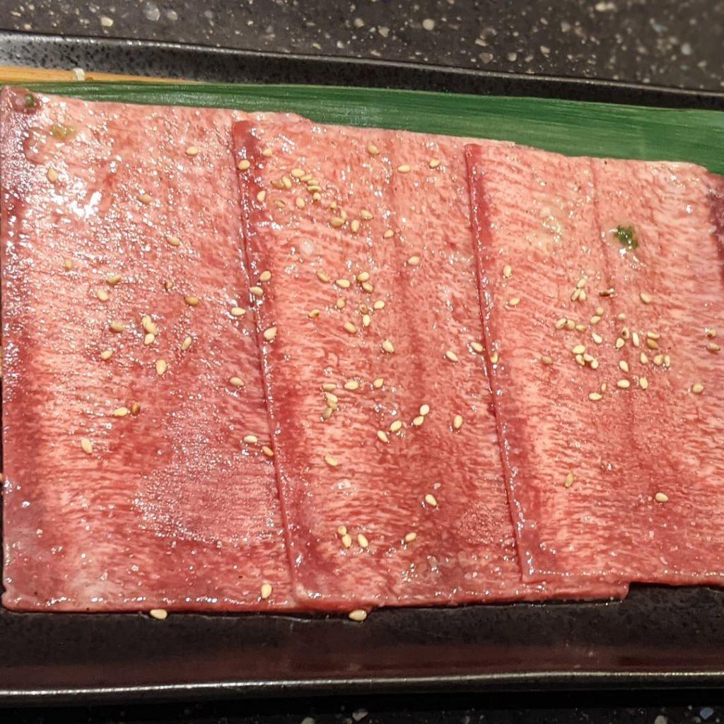 『ネギ巻き大判タン塩』タン1本を横切りにスライス!繊維の向きが変わるので、サクサクとした食感が楽しめます。